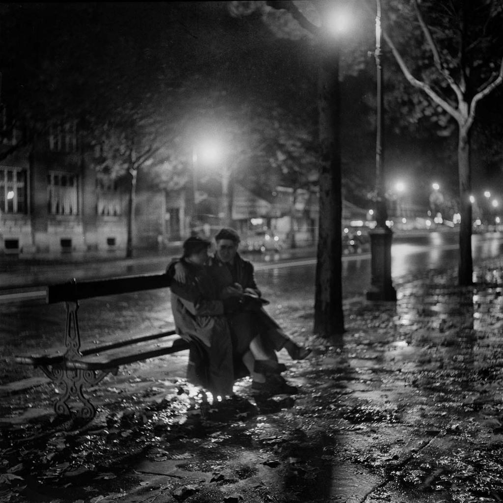 med_paris-la-nuit-amoureux-sur-un-banc-1948-jpg – Art is a ...